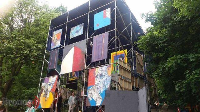 ART CUB: paintings hanging in the air